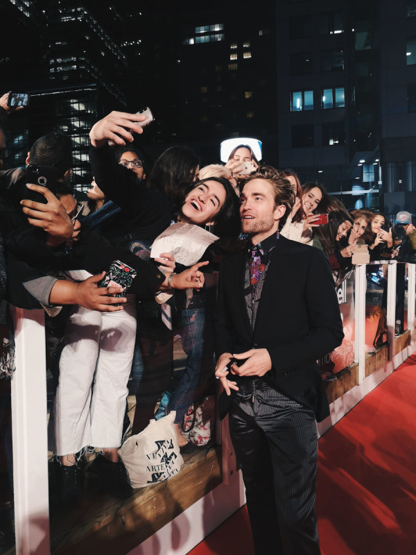pattinson-with-fans-vt