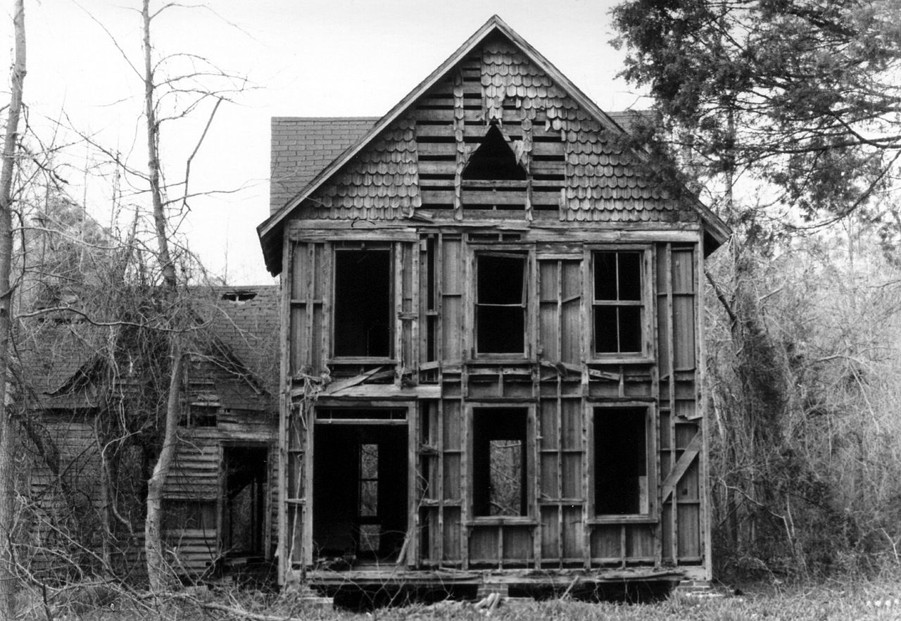фото реального самого старого дома слева этом фоне