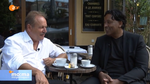 Cherno Jobatey and Fran Bsirske chatting at Brel