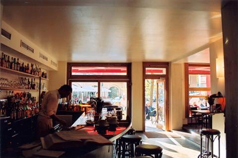 Brel inside Bar
