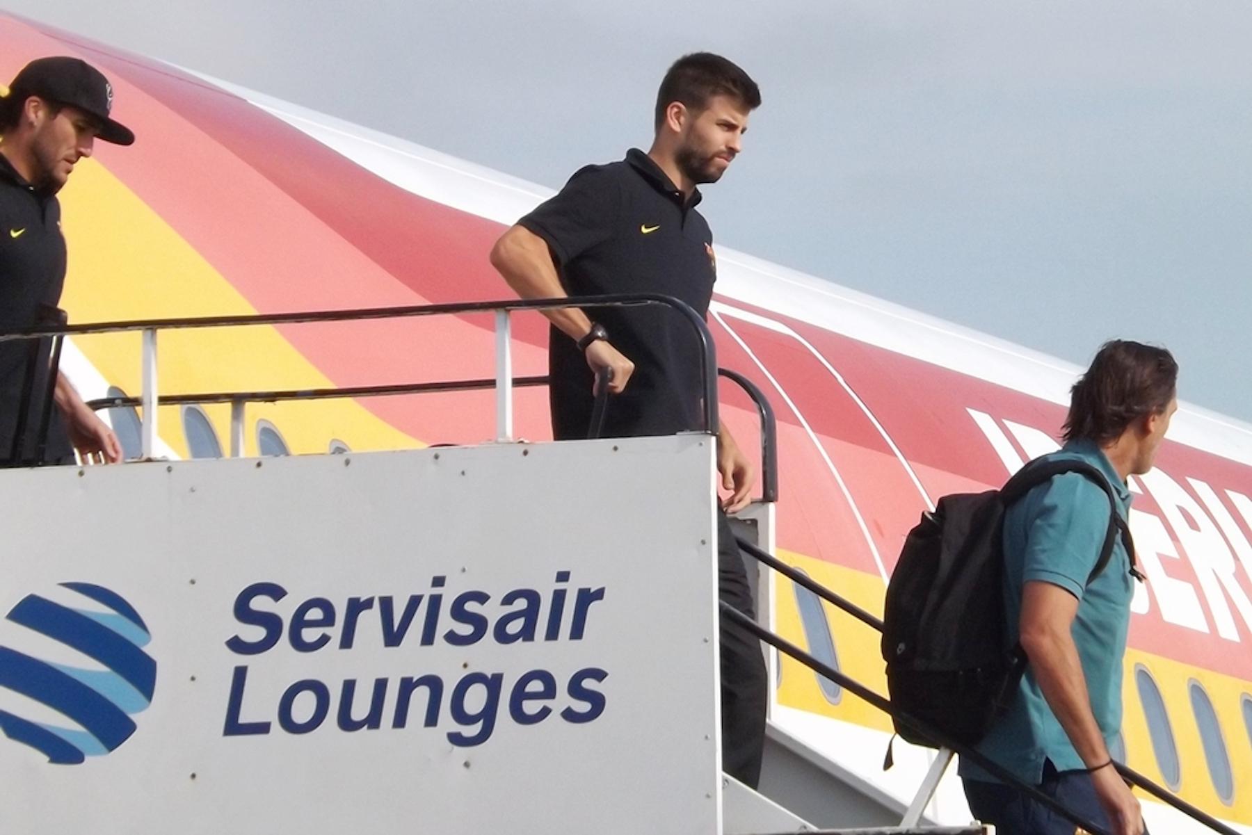 Gerard Pique getting off plane