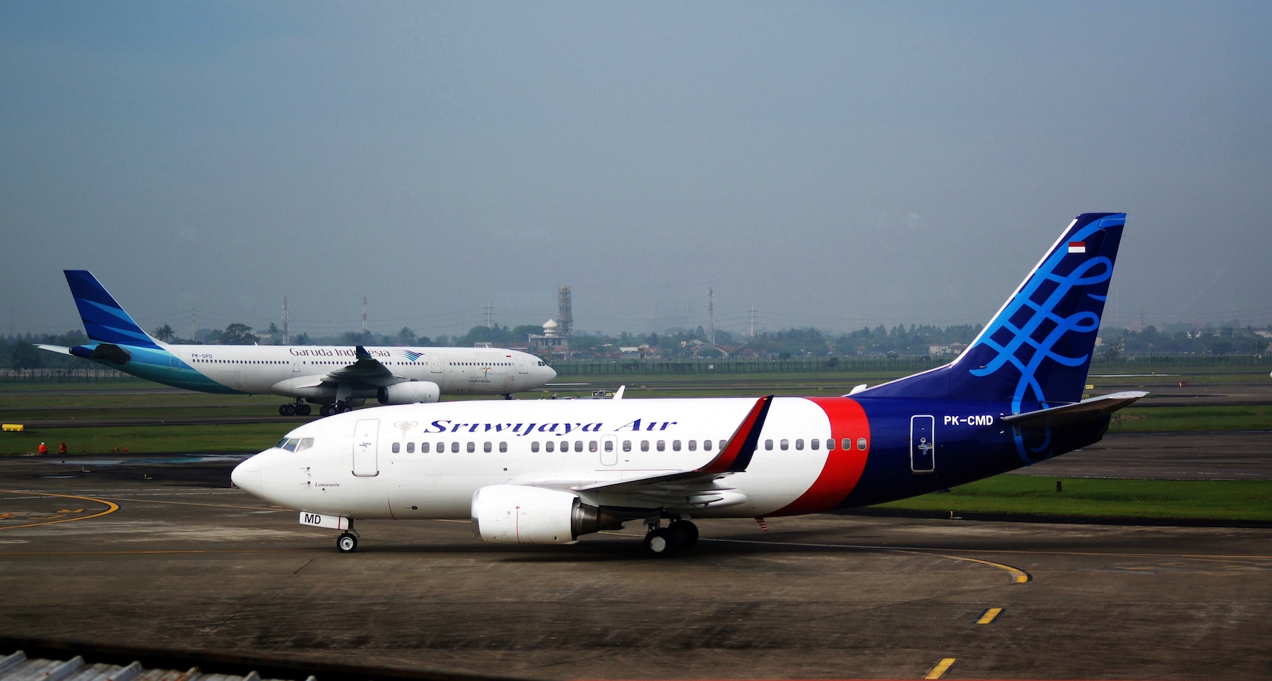 Sriwijaya Air Boeing 737-524(WL) and Garuda Indonesia Airbus A330-341; @CGK 2014 (14622385429)