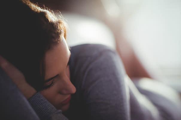 سيدة تعاني من حالة اكتئاب ما بعد الولادة.