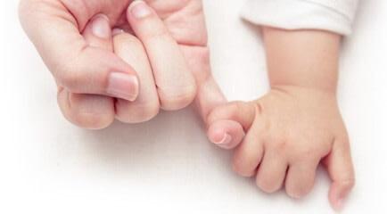 أيدي طفل وأم