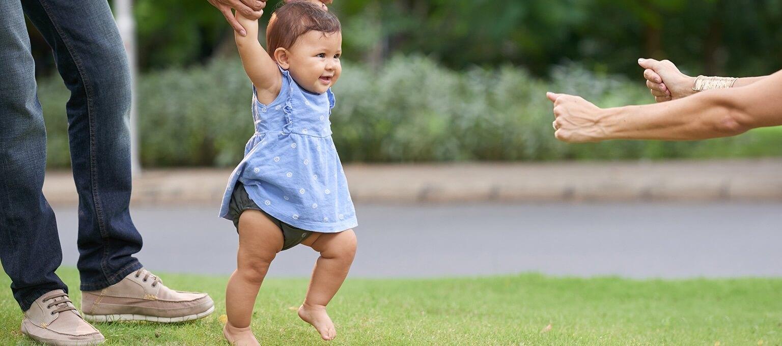 طفل يلعب في الحديقة مع الوالدين