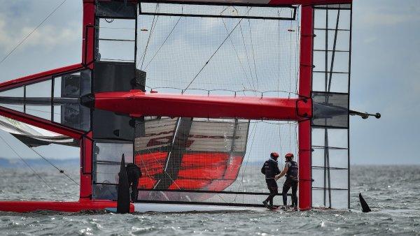Wikinger kentern während des Trainings für den ROCKWOOL Denmark Sail Grand Prix zu Hause, da die Bedingungen dramatische Rennen anregen
