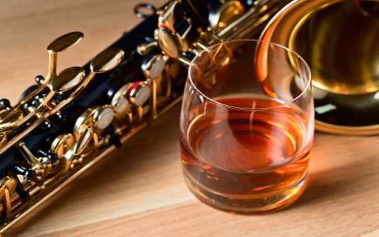 \[…\]  [Read More…](https://quisine.quandoo.co.uk/guide/jazz-n-a-meal-in-milan/attachment/saxophone-whiskey-table-jazz/)