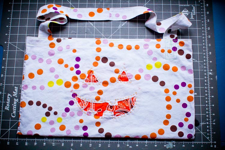 pillowcase cross-body trick-or-treat bag 15 |www.sparklestories.com| by thistle by thimble