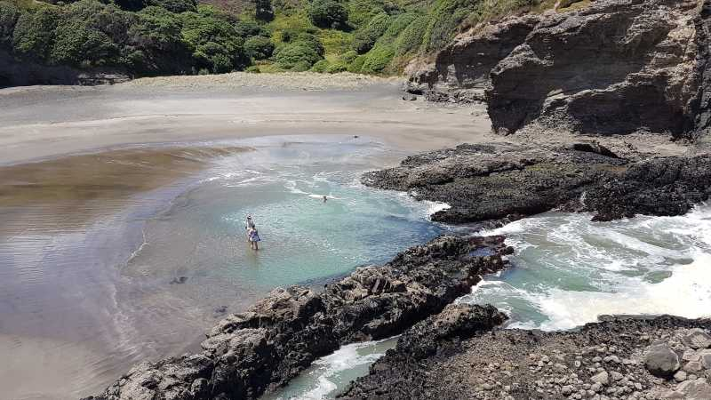 Piha beach creating the blue pool