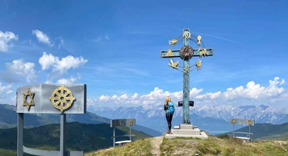 Gipfelkreuz am kleinen Gilfert mit dem Friedenssymbol