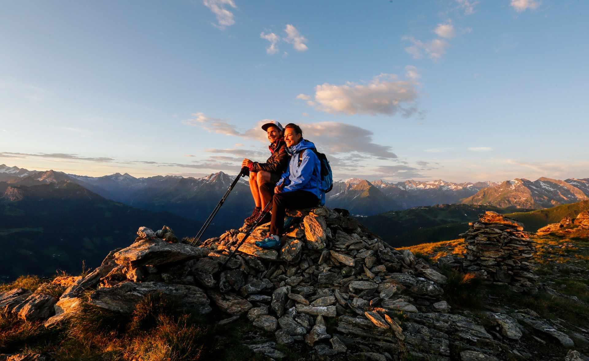 Wanderer genießen den Sonnenaufgang im Zillertal