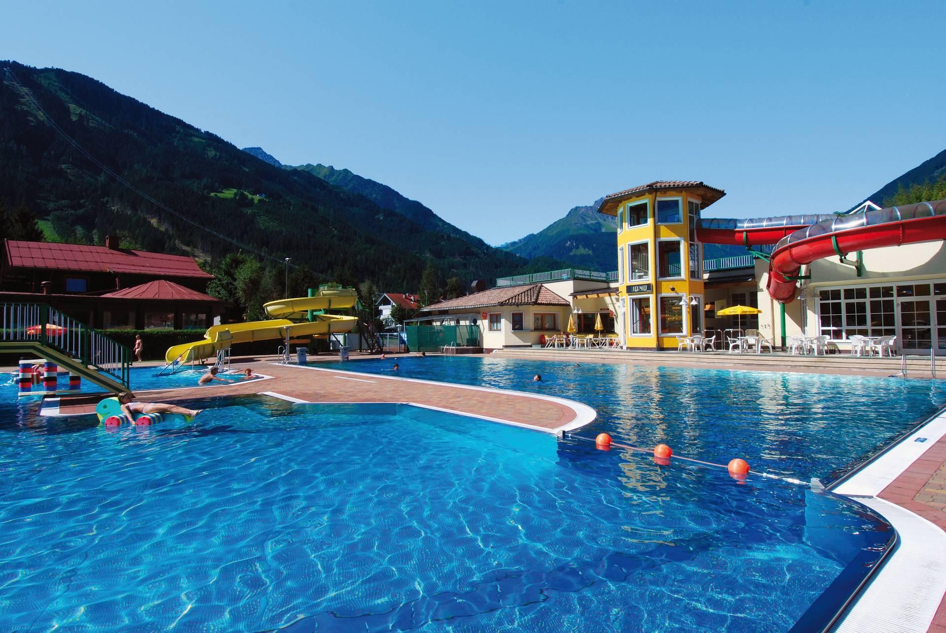 Das Erlebnisbad Mayrhofen bietet einen großzügigen Outdoorpool für viel Badespaß.