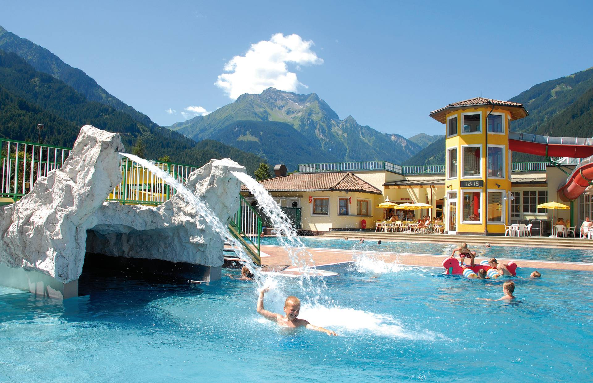 The outdoor pool in the Mayrhofen adventure pool offers wonderful cooling on hot days.