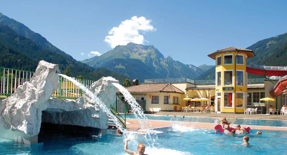 Das Freibad im Erlebnisbad Mayrhofen bietet herrliche Abkühlung an warmen Tagen.