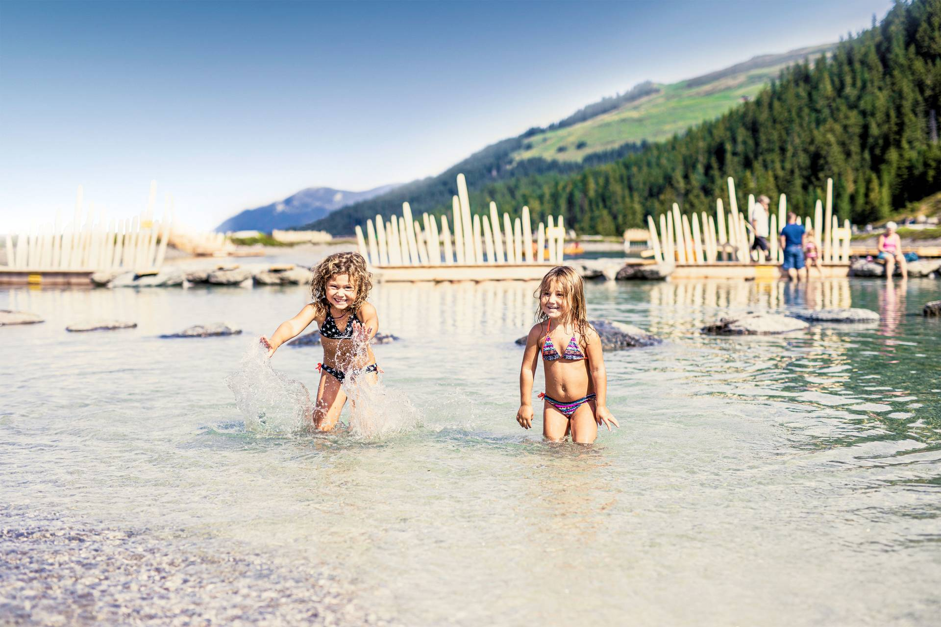 Kinder baden im Fichtensee in der Zillertal Arena