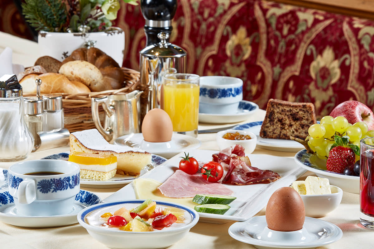 vielfältig gedeckter Frühstückstisch