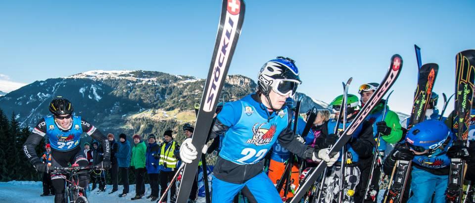 Übergabe von Mountainbiker auf Skifahrer