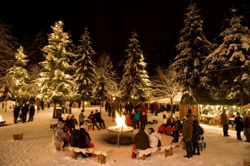 tief winterlicher Waldfestplatz mit Feuerstelle im Rahmen des Mayrhofner Advent