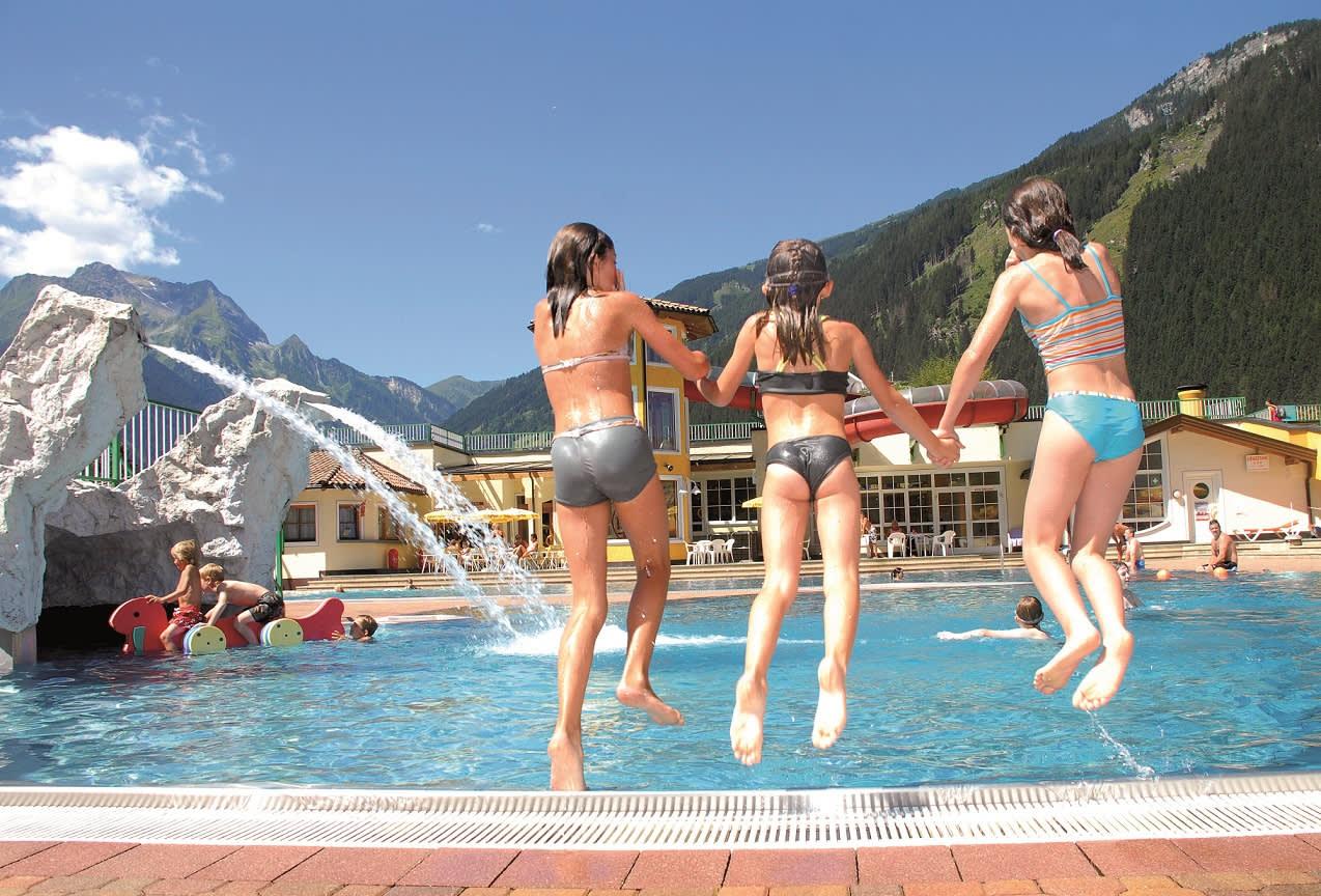 Kinder haben viel Spaß beim Schwimmen und Toben im Freibad Mayrhofen.