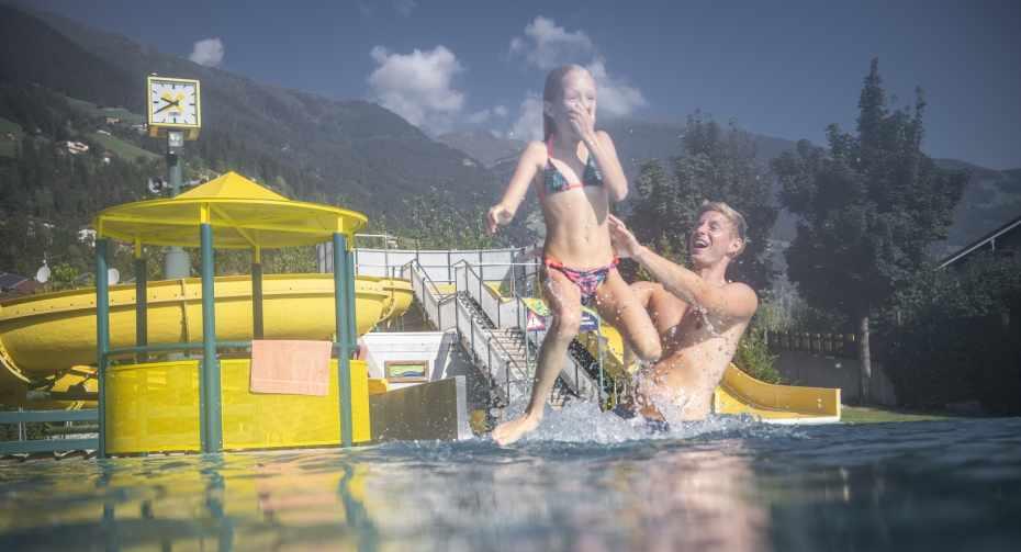 Die Sommerwelt in Hippach bietet Badespaß für die ganze Familie.