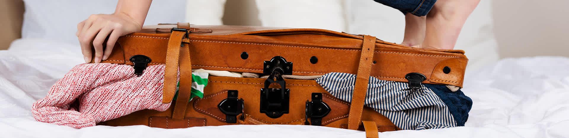 Einen übervollen Koffer, der sich nicht mehr schließen lässt.