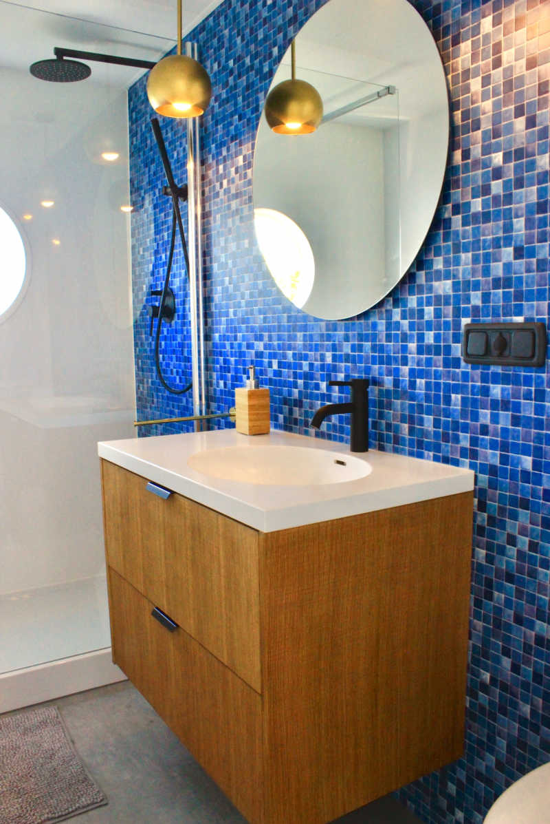 Bathroom with blue mosaic stones on the SQUARE houseboat