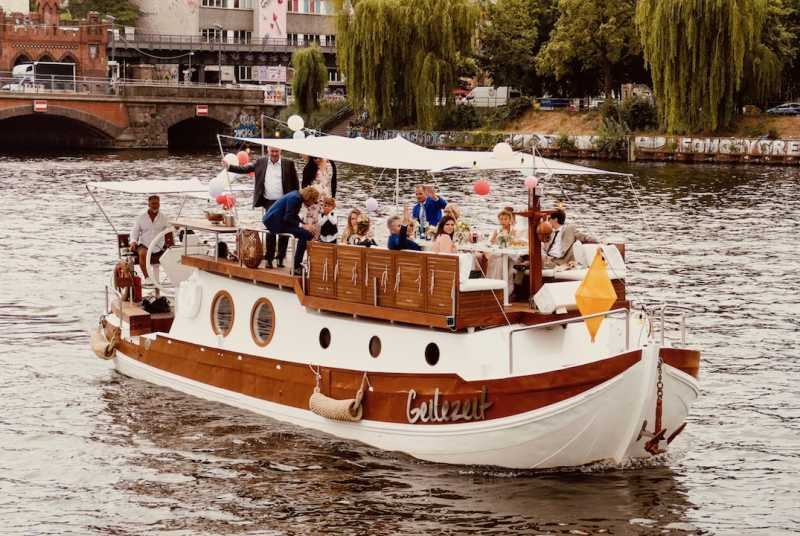 Geilezeit party boat from Berlin Bootsverleih on the Spree at the level of the Oberbaum Bridge