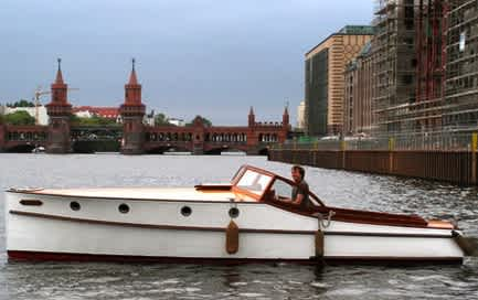 Charter boat Marlene on a sightseeing tour in front of the Oberbaum Bridge