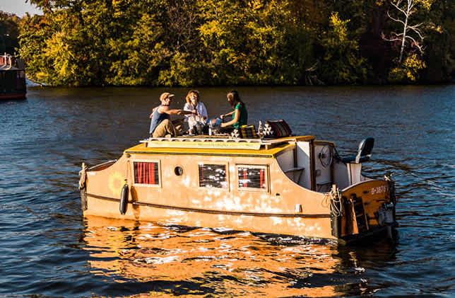 The license-free houseboat Wasserkutsche in Berlin with guests on board