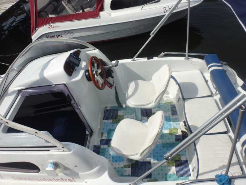 Seating area and steering position on the Margot motorboat
