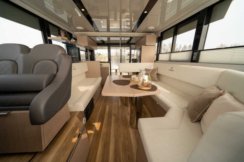 Nice interior on the houseboat Seamster