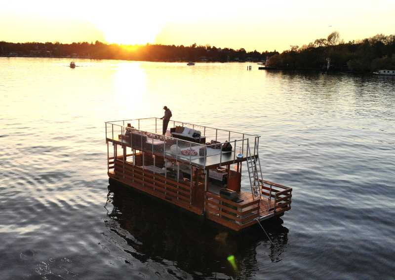 Lounge raft Beluga with 2 guests on the upper deck in the sunset on the Havel