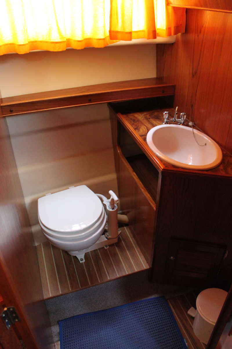 Toilet and sink on the Moin houseboat