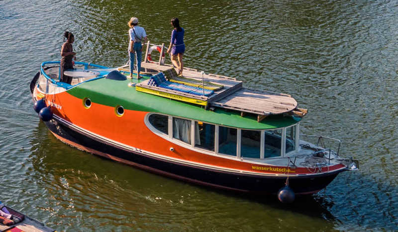 Houseboat Rossi in Berlin Kreuzberg with guests on the roof