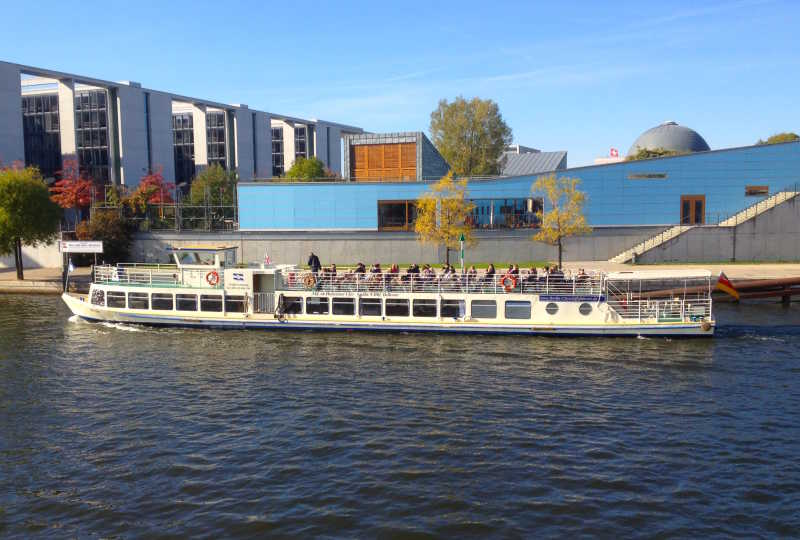 Boat tour on the Bon Ami ship through downtown Berlin with many guests on the upper deck