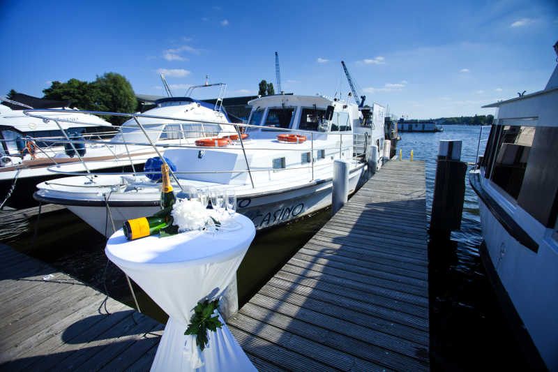 Partyboat Casino is waiting for exclusive guests with champagne on the jetty