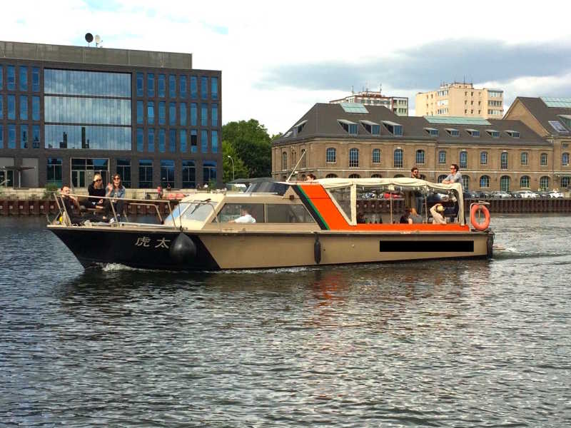 Party ship Kotaro on a boat tour through Berlin with celebrating guests on board