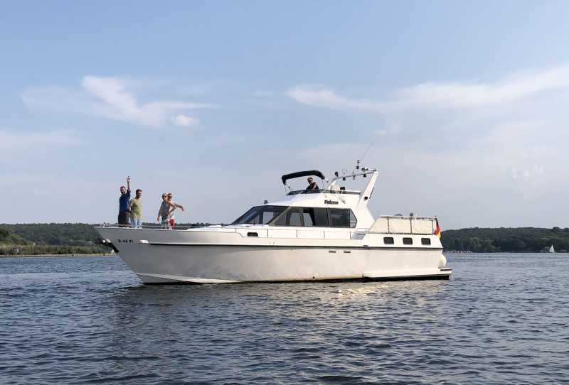 Rent Yacht Araya for a boat tour in Berlin
