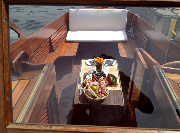 The cabin and stern area of ​​the Berlin motorboat Marlene made of fine wood