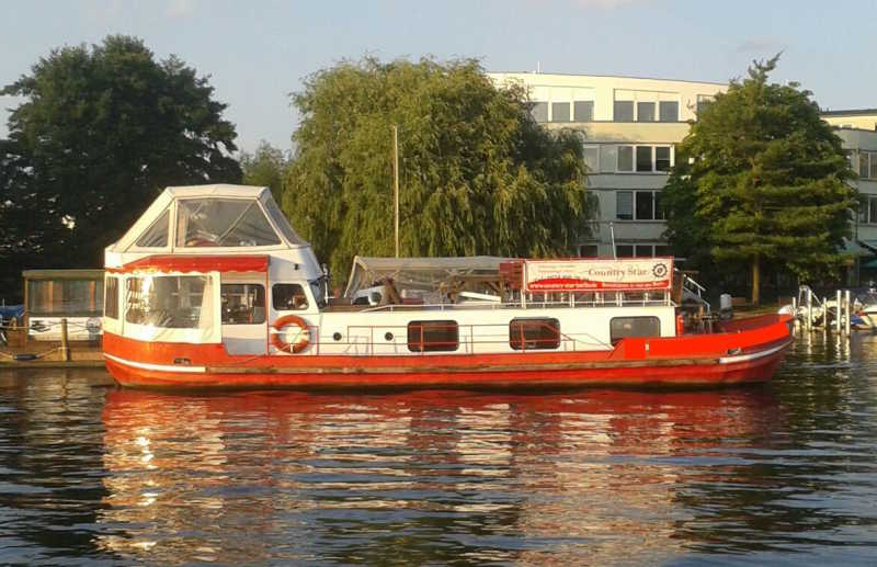 Rotes Partyschiff Countrystar in Treptow