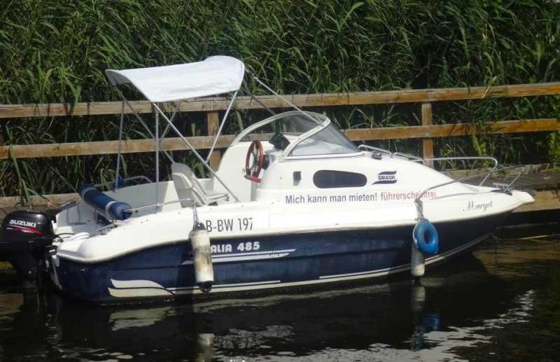Motorboot Margot mit Sonnenverdeck am Anleger
