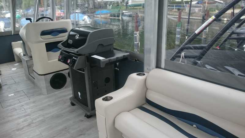Partyboot Barracuda mit Weber Gasgrill an Bord