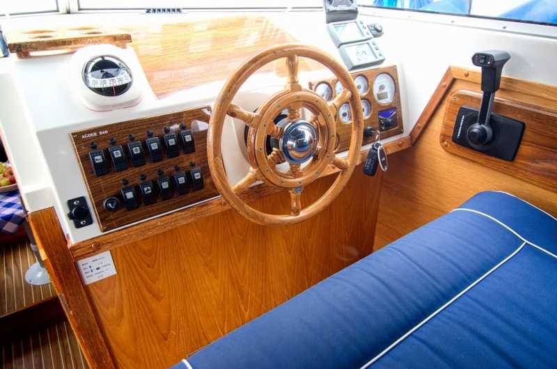 Steering position with comfortable seating on the Moin houseboat in Berlin