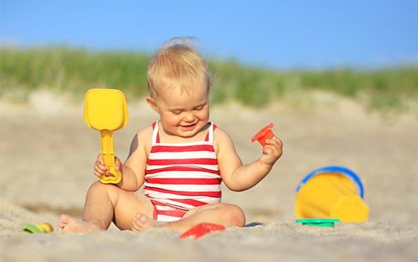 Bebé jugando en la playa