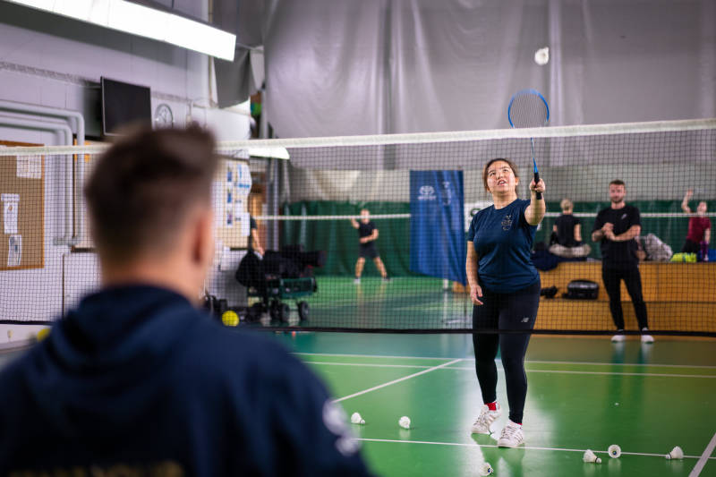 Sara spelar badminton på Start Your Impossible Camp.