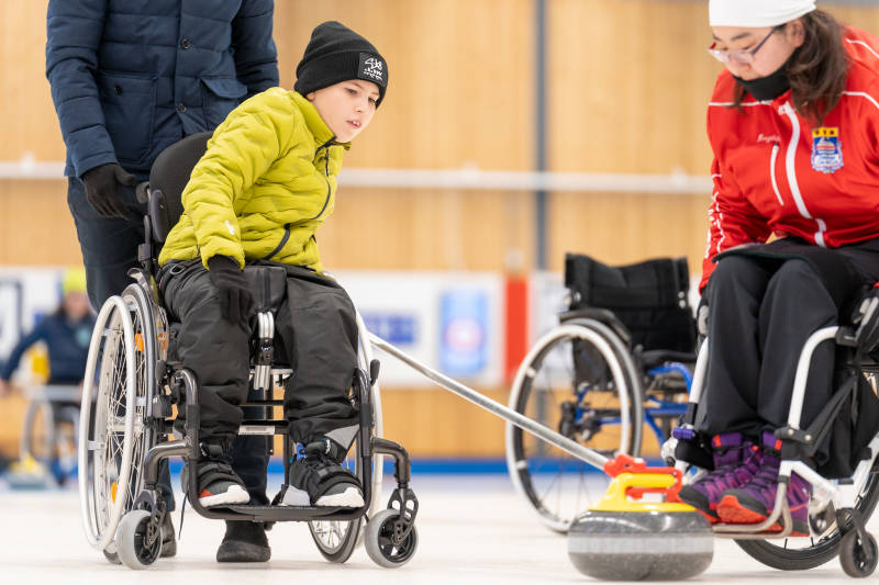 Ossian Petersson testar rullstolscurling på Start Your Impossible Camp.
