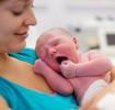 Мама держит новорожденного малыша