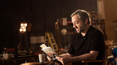 Judd Apatow holding script of Knocked Up on set