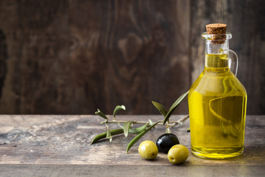 Complete Olive Oil Guide: Regular Olive Oil Vs. Extra Virgin, Different  Types of Olive Oil, and How to Pick the Best Olive Oil - 2021 - MasterClass