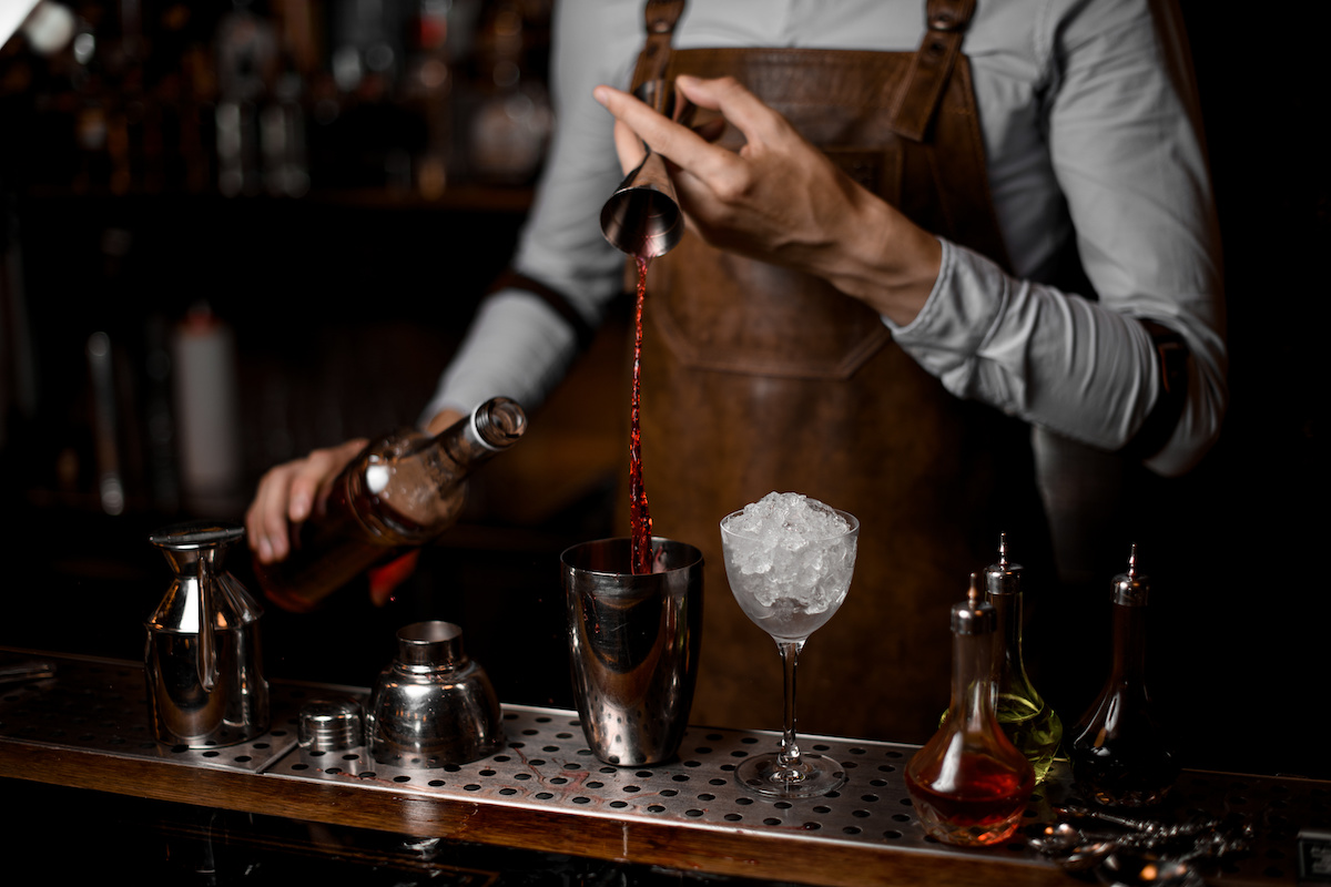 What's the Difference Between a Mixologist and a Bartender? - 2020 ...